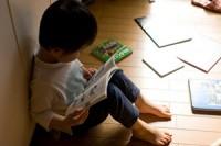 čtoucí dítě - ilustrační