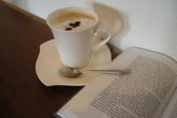 kniha a káva
