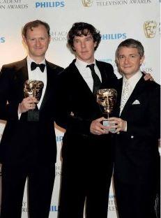 Mark Gatiss, Benedict a Martin Freeman při přebírání ceny BAFTA za seriál Sherlock Holmes (2011)