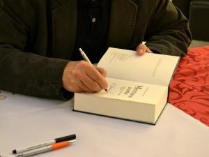 Pan Vondruška podepisoval všechny své knihy.