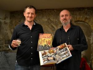 autoři Zdeněk Ležák a Michal Kocián se svou knihou Ve jménu Husa