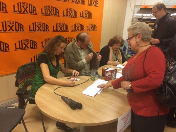 Jitka Škápíková podepisuje novou knihu