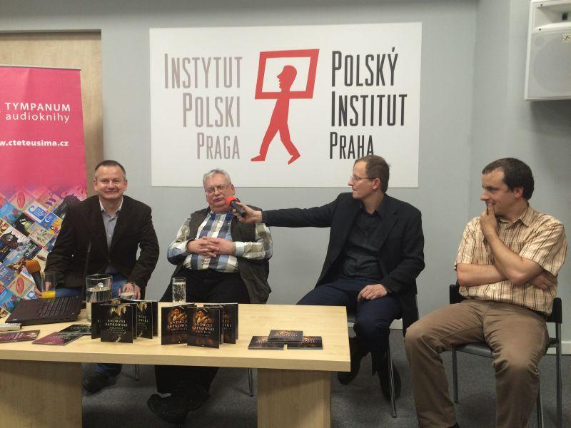Andrzej Sapkowski (druhý zleva) na představení audioknih