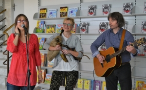 Renáta Fučíková a její přátele z divadla Sklep návštěvníkům také zazpívali a autorka dokonce zahrála i na dudy.