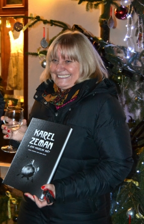 Ludmila Zemanová se svou knihou Karel Zeman a jeho kouzelný svět