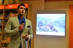 Lukáš Kerhart během svého vyprávění přítomným pustil prezentaci ze snímků, které udělal na cestách.