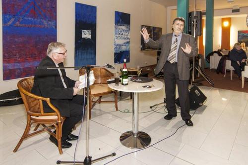 Autorská dvojice knihy Kino v hlavě básník M. Hanáček, výtvarník Jan Samec, ředitel galerie Karlovy Vary a moderátor večera Jiří Halberštát