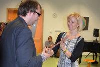 Primátorka předává cenu M. Trdlovi