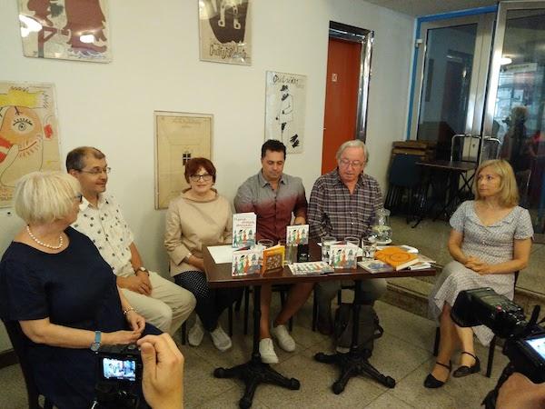 zleva: Jindřiška Nováková, Pravomil Novák, Jana Synková, Martin Dejdar, Jiří Lábus, Denisa Novotná