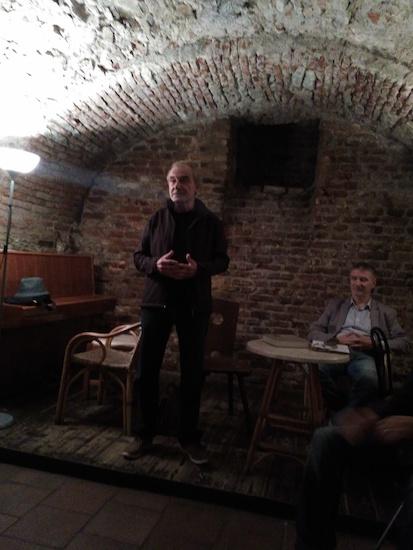 Stojící Petr Bílek, sedící Jiří Trávníček