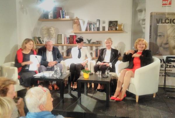 zleva: Renata Klusáková, Karel Hvížďala, Lenka Bradáčová, Iva Brožová, Magda Vašáryová