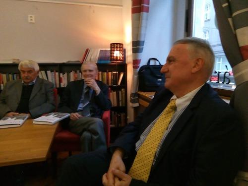 vpravo v popředí Jeho Excelence Latchezar Petkov, velvyslanec Bulharské republiky, za ním zleva Dušan Kováč a Robert Kvaček